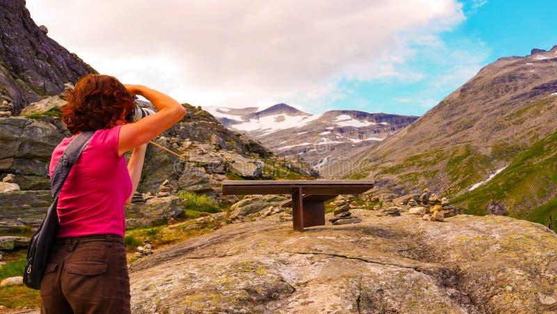 Turista com a câmera no ponto de vista de Trollstigen fotos de stock royalty free