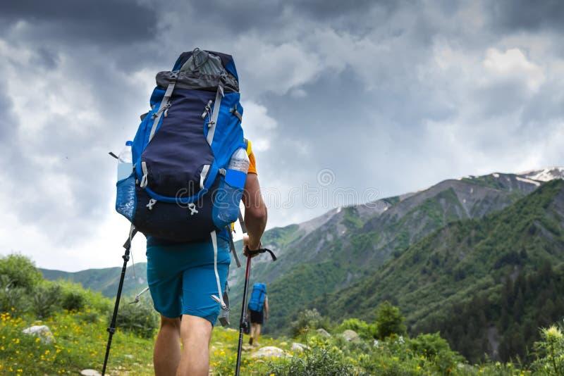 Turista com caminhada da trouxa no passeio na montanha da montanha Caminhando em Svaneti, Geórgia Trekking nas montanhas fotos de stock