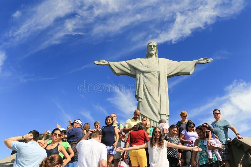 Turista com Cristo o redentor sobre Corcovado, Brasil imagens de stock