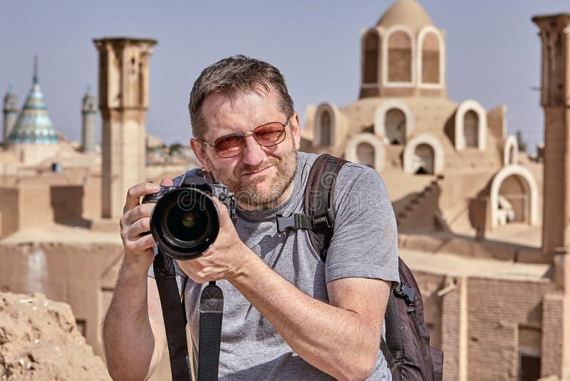 Turista com uma câmera que fotografa uma cidade antiga, Kashan, IRA fotografia de stock royalty free