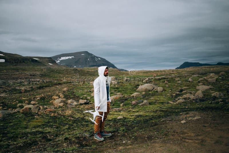 Turista con el abejón en paisaje épico fotos de archivo libres de regalías