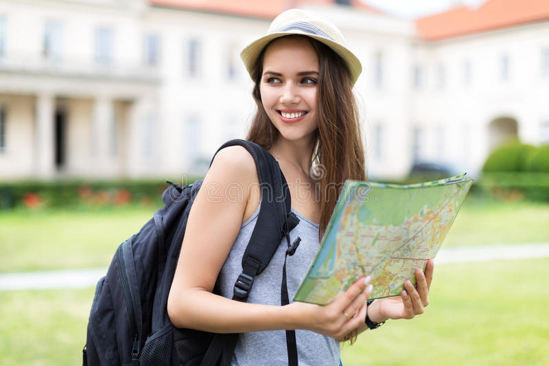 Turista con el mapa foto de archivo libre de regalías