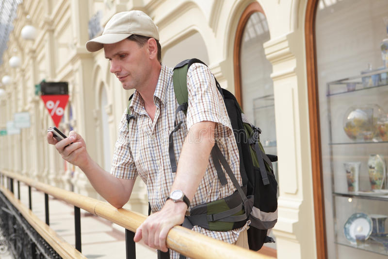 Turista con el morral en el paso imagen de archivo