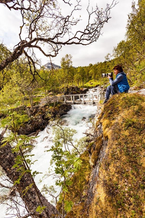 Turista con la cámara en el río, Noruega fotografía de archivo libre de regalías