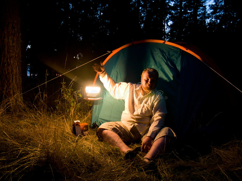 Turista con la linterna móvil imagen de archivo libre de regalías