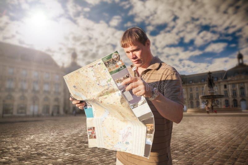 Turista con la mappa immagini stock