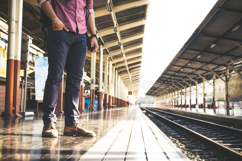 Turista con la mochila en la estación de tren imagenes de archivo