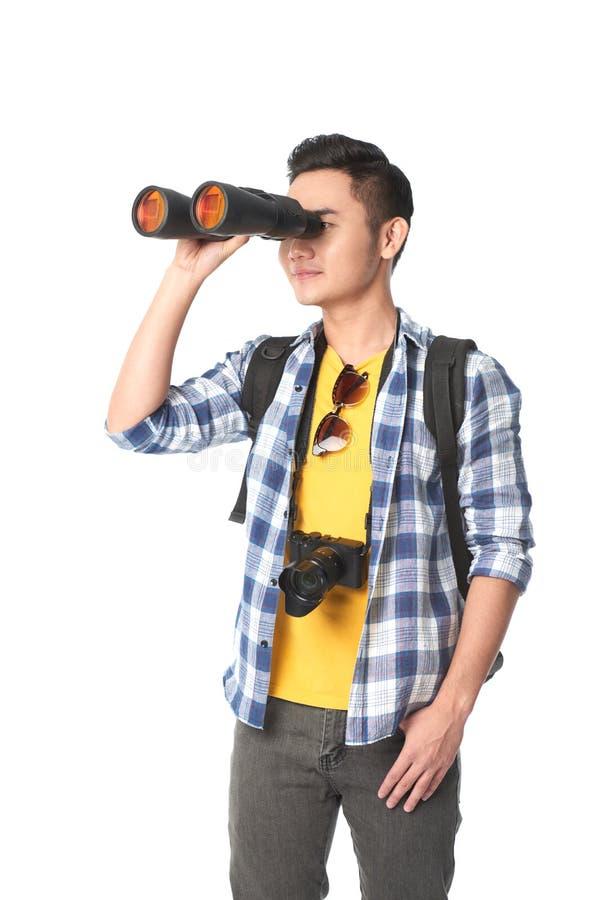 Turista con los prismáticos foto de archivo