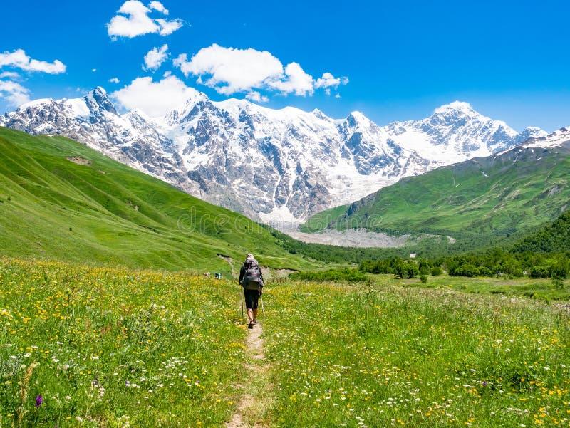 Turista con una mochila en las montañas del Cáucaso Regi?n de Svaneti, Georgia imagen de archivo libre de regalías