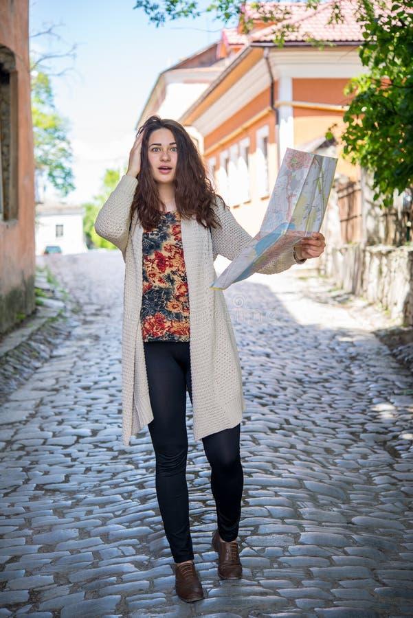 Turista confuso da menina na rua com mapa fotos de stock