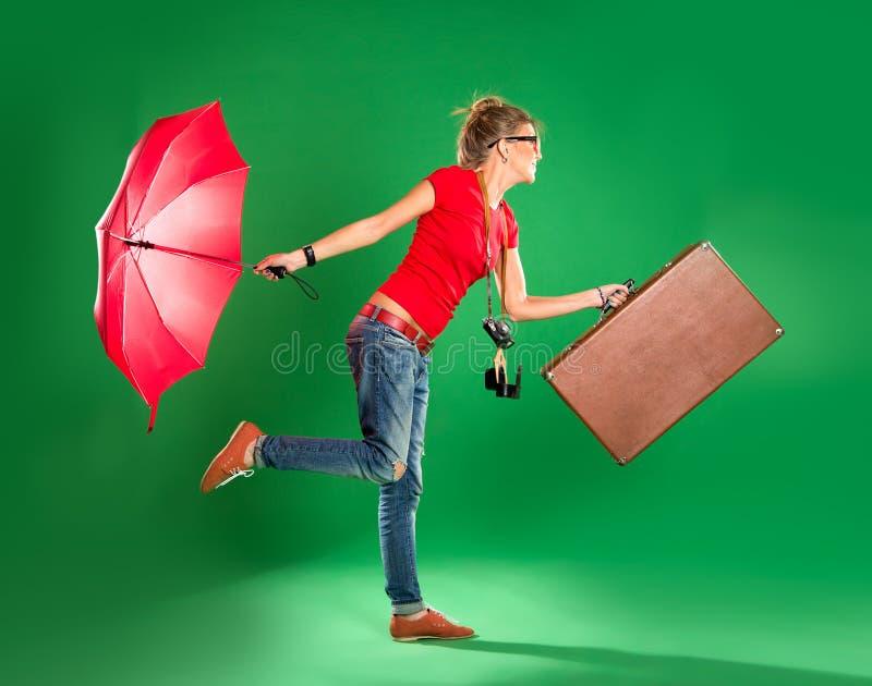 Turista da jovem mulher com guarda-chuva e uma mala de viagem imagem de stock royalty free