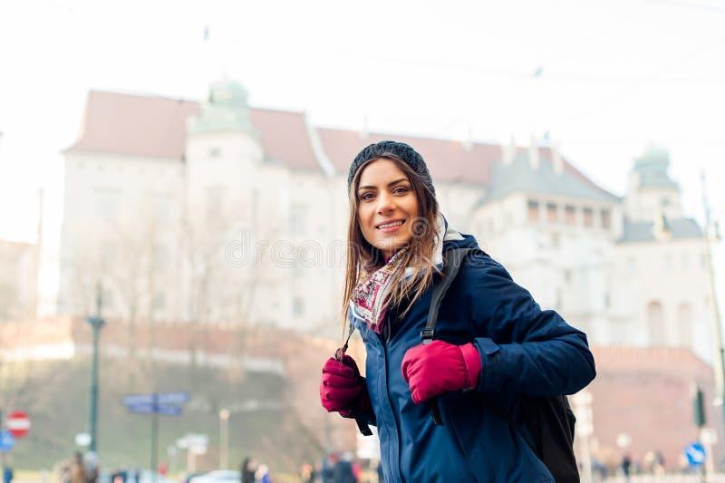 Turista da jovem mulher na cidade de Kracow fotografia de stock royalty free