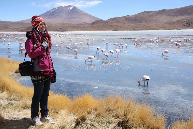 Turista da jovem mulher no lago da montanha em Bolívia imagem de stock