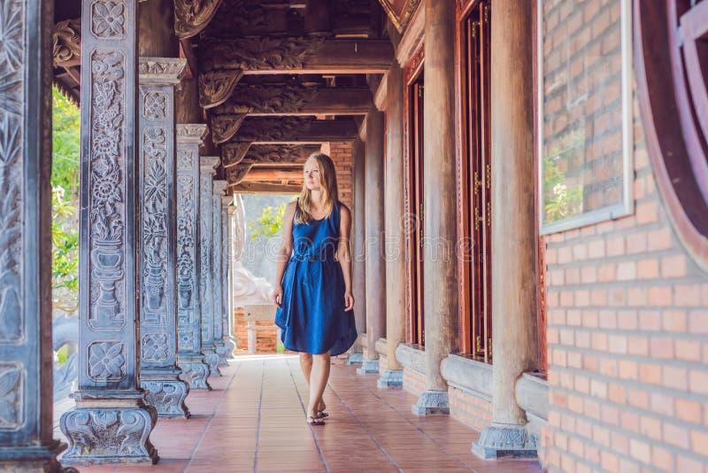 Turista da jovem mulher no pagode Curso ao conceito de Ásia Viagem com um conceito do bebê foto de stock royalty free