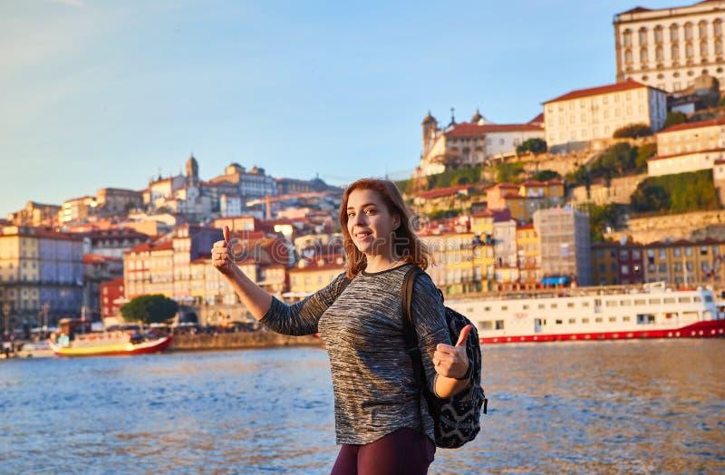 Turista da jovem mulher que aprecia a opinião bonita da paisagem no quarto de Ribeira da cidade velha e no rio históricos Duoro d fotos de stock