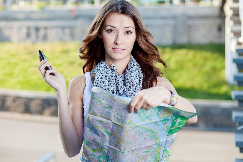 Turista da jovem mulher que guarda o mapa de papel imagens de stock royalty free