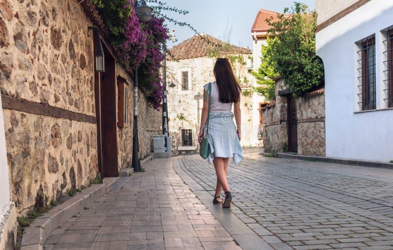 Turista da mo?a que anda atrav?s das ruas abandonadas da cidade velha de Kaleici em Antalya imagens de stock