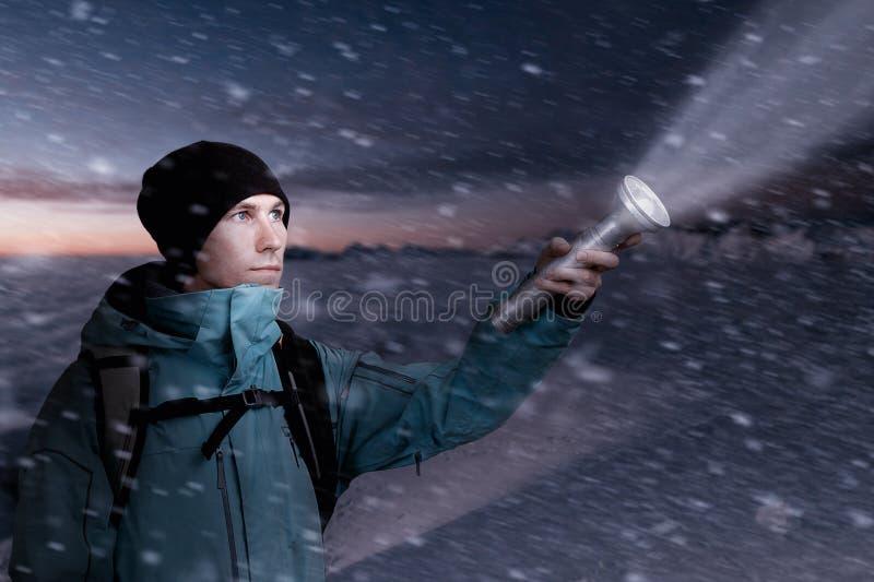 Turista da montanha com uma lanterna à disposição que leve a maneira na obscuridade da noite imagem de stock royalty free
