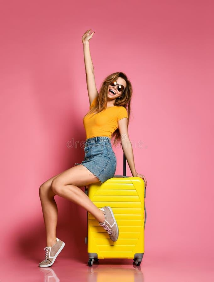 Turista da mulher com a mala de viagem do curso isolada no fundo do verão imagem de stock