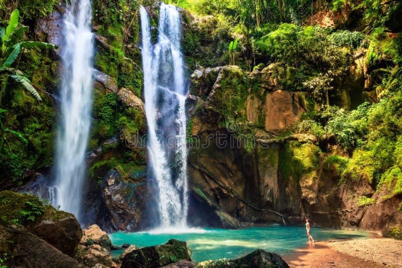 Turista da mulher de Havaí excitado pela cachoeira imagens de stock