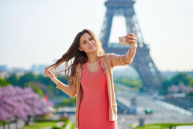 Turista da mulher na torre Eiffel fotos de stock