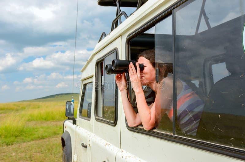 Turista da mulher no safari em África, curso em Kenya fotografia de stock