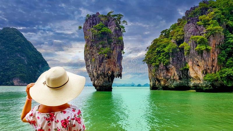 Turista da mulher que olha a ilha de James Bond em Tailândia fotografia de stock royalty free