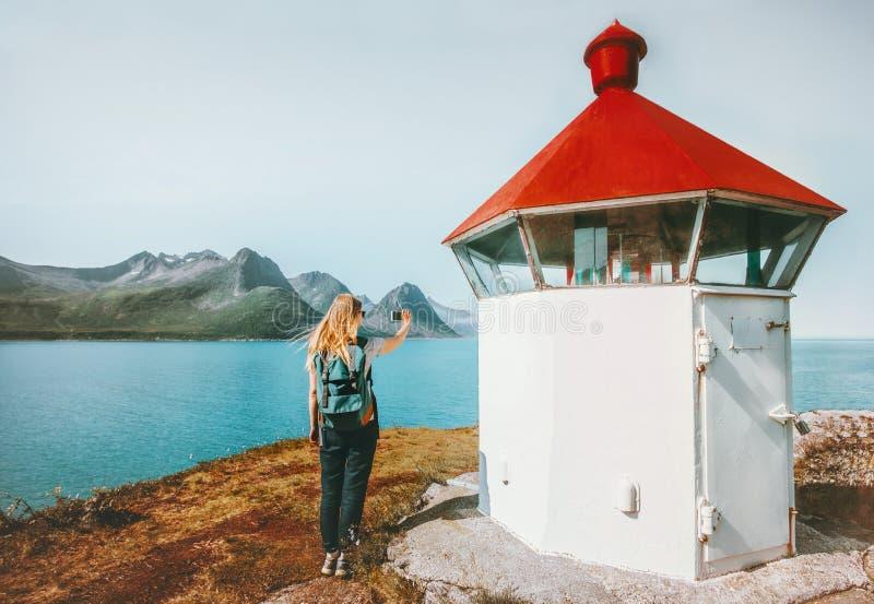 Turista da mulher que publica em blogs com o smartphone que toma a foto fotos de stock