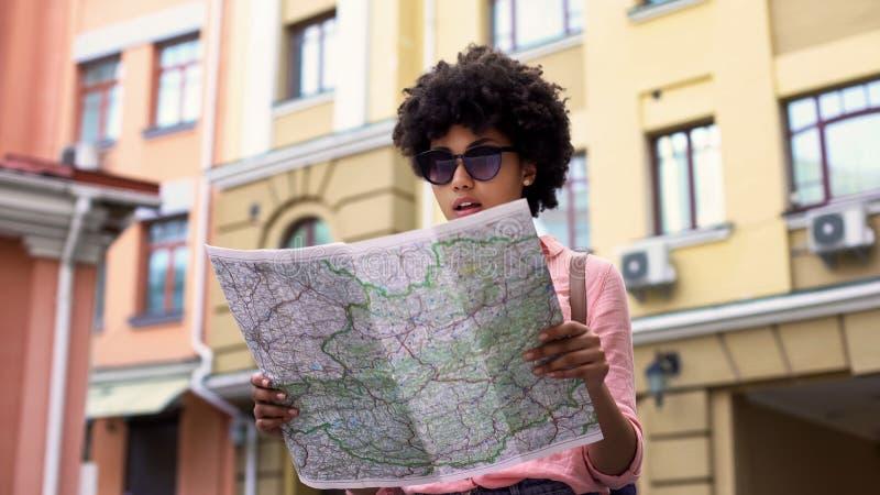 Turista da senhora que olha o mapa, procurando por lugares sightseeing da cidade, viajando foto de stock
