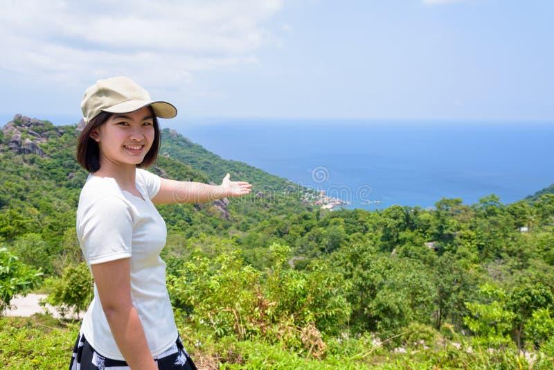 Turista das mulheres no ponto de vista em Koh Tao imagens de stock royalty free
