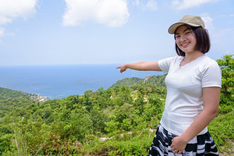 Turista das mulheres no ponto de vista em Koh Tao fotografia de stock royalty free