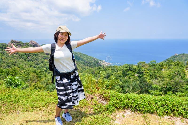 Turista das mulheres no ponto de vista em Koh Tao foto de stock