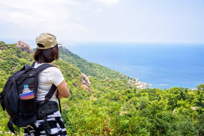 Turista das mulheres no ponto de vista em Koh Tao fotos de stock royalty free