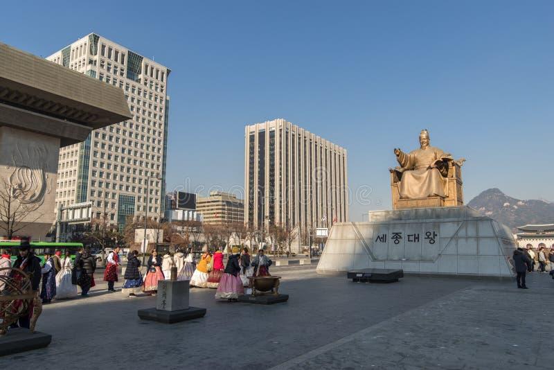 Turista de DEC 6,2017 que camina en la estatua cercana de rey Sejong en Seou foto de archivo libre de regalías