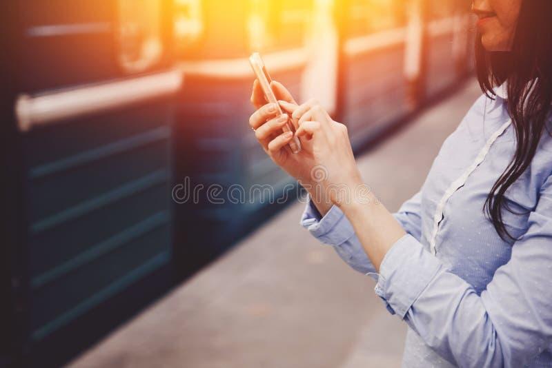 Turista de la chica joven que habla en el teléfono en el subterráneo y la sonrisa fotos de archivo