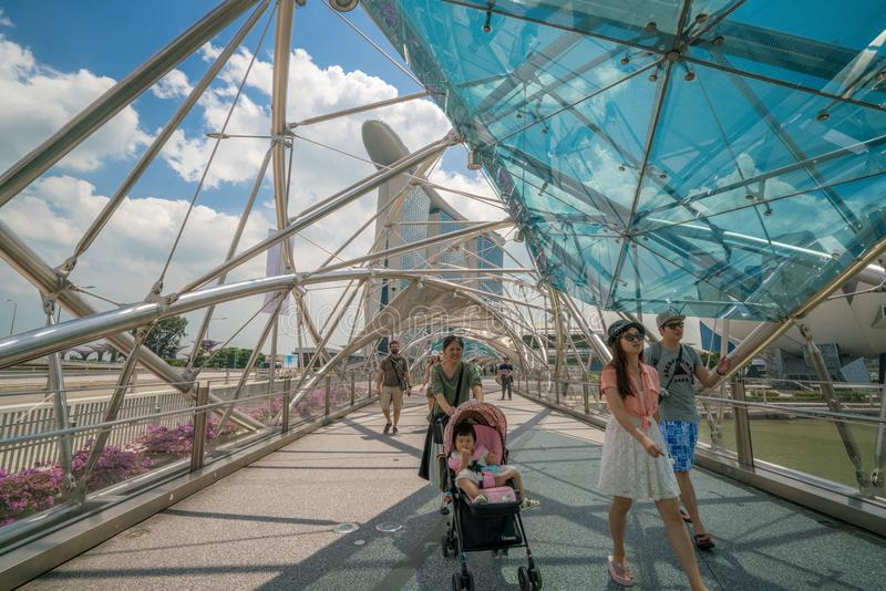 Turista de la familia en el puente de la hélice en Marina Bay, Singapur fotos de archivo