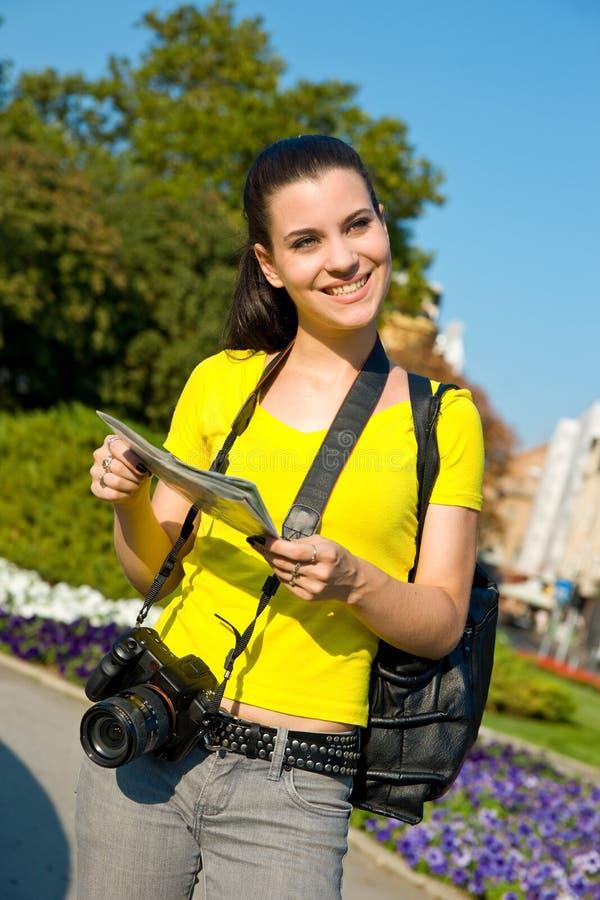 Turista de la muchacha con la correspondencia y la cámara imágenes de archivo libres de regalías