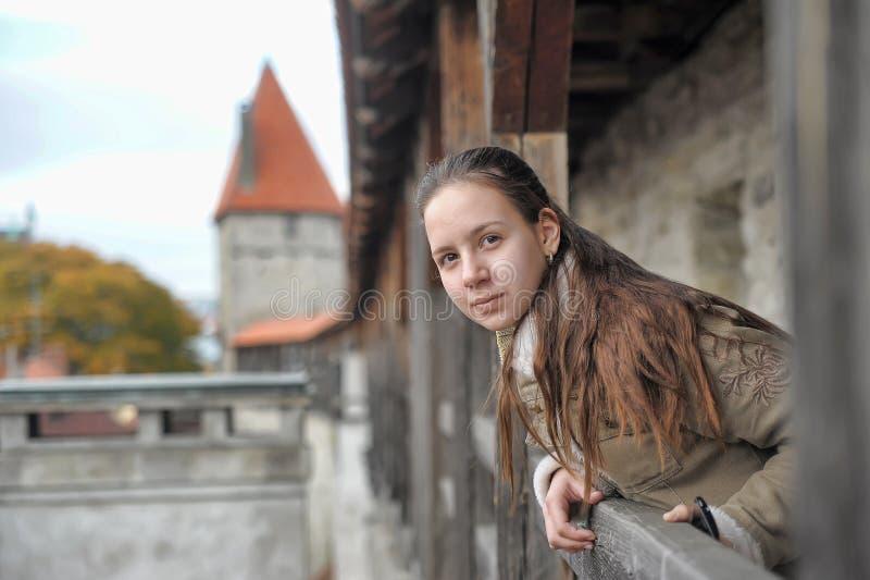 Turista de la muchacha en la pared de la fortaleza fotos de archivo