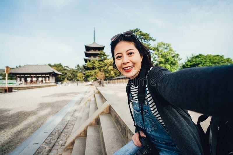 Turista de la muchacha que toma el selfie con kofukuji imágenes de archivo libres de regalías
