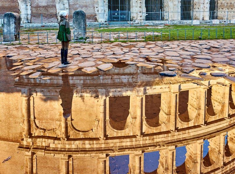 Turista de la mujer cerca en Roma, Italia imagenes de archivo