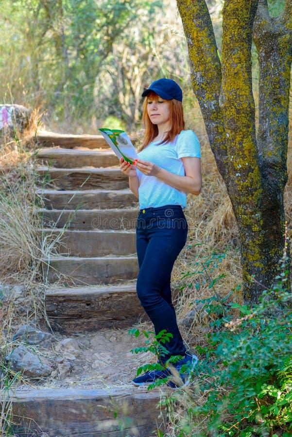 Turista de la mujer con el mapa y el sombrero imagenes de archivo