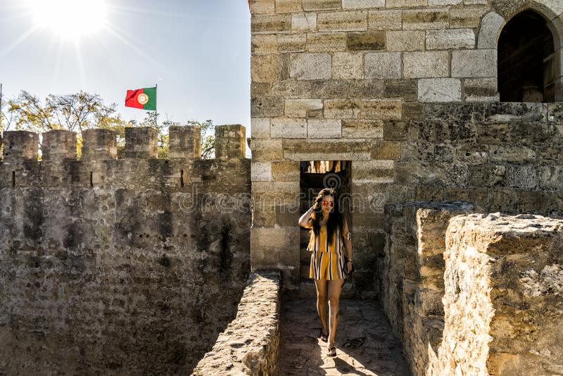 Turista de la mujer en el ` medieval de la pared de Fernandina del ` del castillo de Lisboa, Portugal fotos de archivo