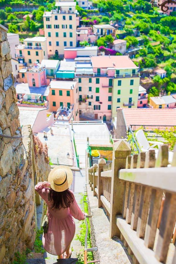 Turista de la mujer joven el días de fiesta en Cinque Terre Individuo caucásico joven que camina en la calle vieja en Vernazza foto de archivo
