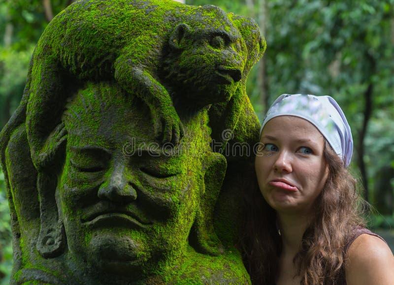 Turista de la mujer joven en el templo hindú Taman Ayun del balinese tradicional en Mengwi Bali, Indonesia fotos de archivo libres de regalías