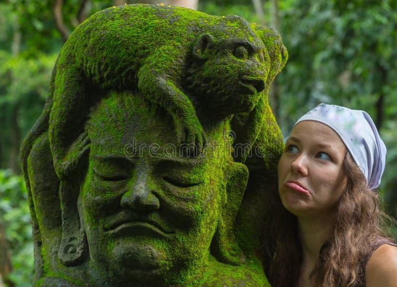 Turista de la mujer joven en el templo hindú Taman Ayun del balinese tradicional en Mengwi Bali, Indonesia imagenes de archivo