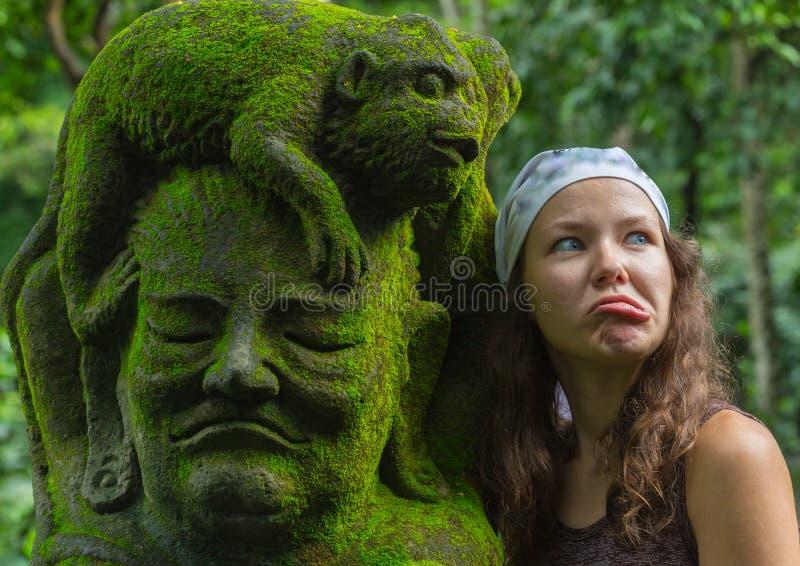Turista de la mujer joven en el templo hindú Taman Ayun del balinese tradicional en Mengwi Bali, Indonesia fotografía de archivo