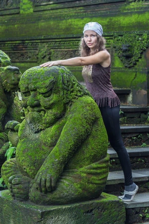 Turista de la mujer joven en el templo hindú Taman Ayun del balinese tradicional en Mengwi Bali, Indonesia imagen de archivo libre de regalías