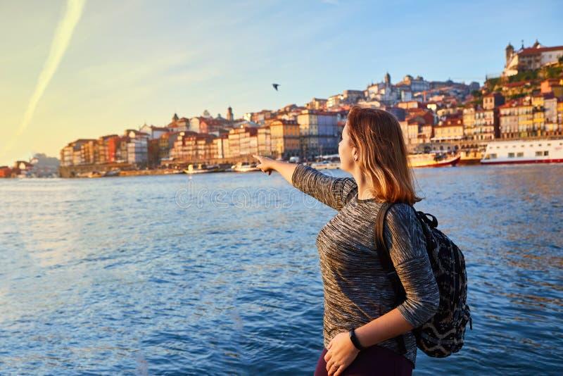 Turista de la mujer joven que disfruta de la opinión hermosa del paisaje sobre el cuarto y el río históricos Duoro de Ribeira de  foto de archivo