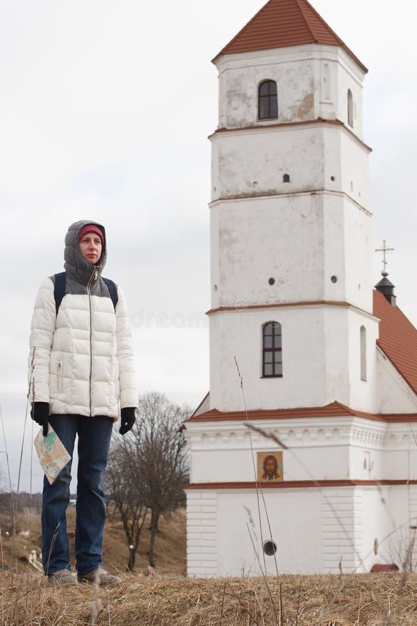 Turista de la mujer joven que mira el mapa en el fondo del castillo foto de archivo libre de regalías