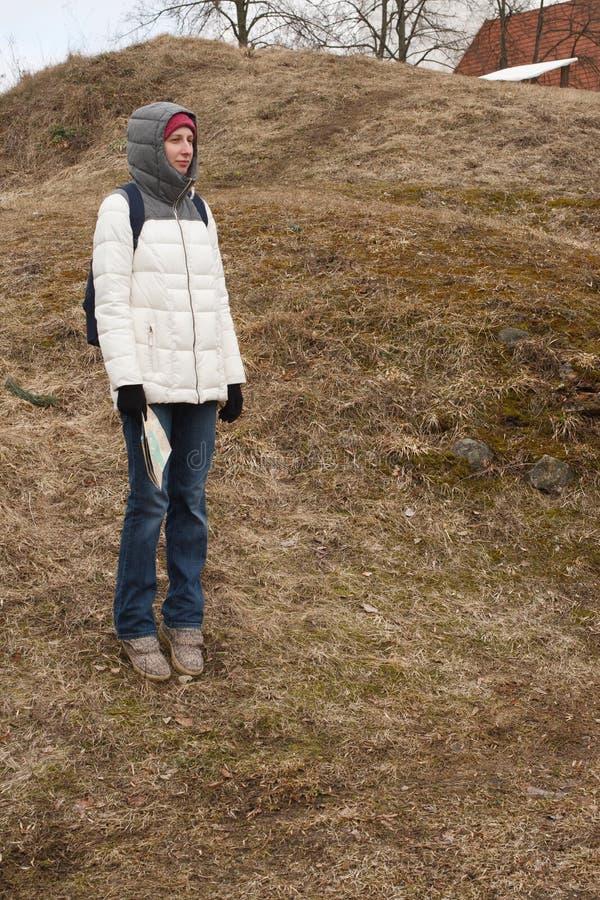 Turista de la mujer joven que mira el mapa en el fondo del parque nacional imagen de archivo